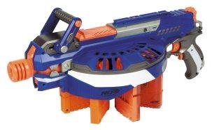 Unter den Maschinengewehren und MGs von Nerf findet sich auch die Hail-Fire in blau-orange.